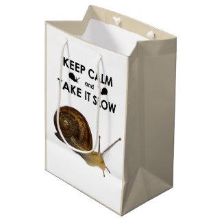 Sacola Para Presentes Média Mantenha a calma e tome-lhe o saco lento do
