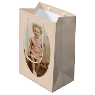 Sacola Para Presentes Média Menina loura pequena do vintage no saco