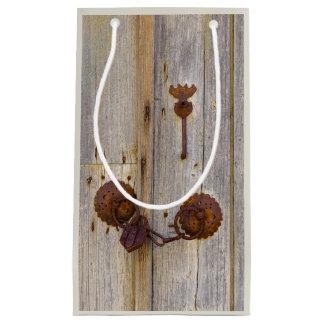 Sacola Para Presentes Pequena Cadeado velho do ferro do vintage oxidado em uma