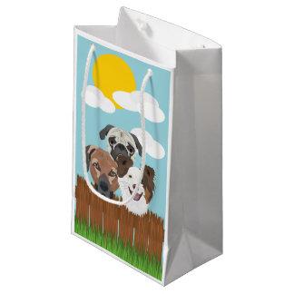 Sacola Para Presentes Pequena Cães afortunados da ilustração em uma cerca de