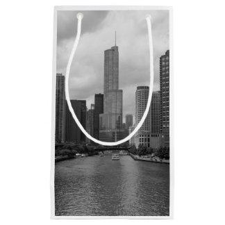 Sacola Para Presentes Pequena Grayscale de Chicago River da torre do trunfo