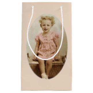 Sacola Para Presentes Pequena Menina loura pequena do vintage no saco