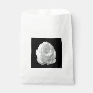 Sacolinha branco-rosa-em--preto-fundo