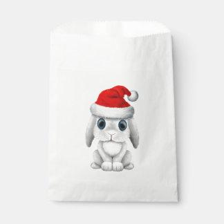 Sacolinha Coelho branco do bebê que veste um chapéu do papai