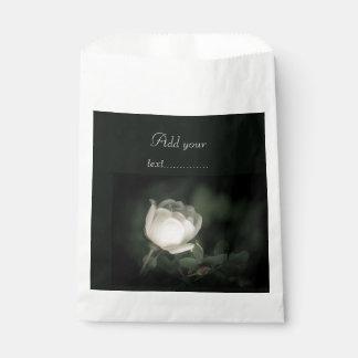 Sacolinha Dogrose branco em um fundo escuro. Adicione seu