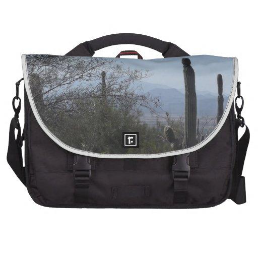 Saguaros com uma vista mochila para laptop