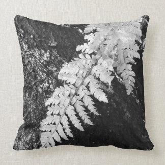 Samambaia de protetor japonesa preto e branco almofada