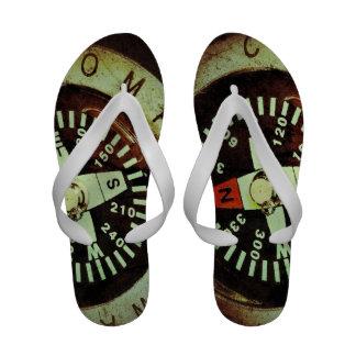 Sandálias macro da fotografia do compasso antigo chinelos