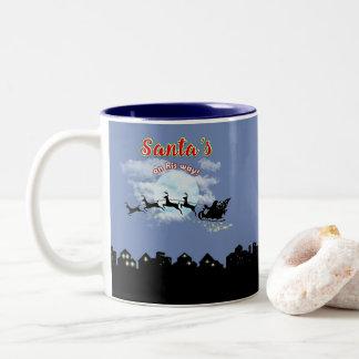 Santa em seu copo de café do feriado do Natal da Caneca De Café Em Dois Tons