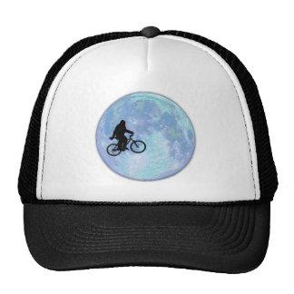 Sasquatch/Bigfoot na bicicleta no céu com chapéu d Boné