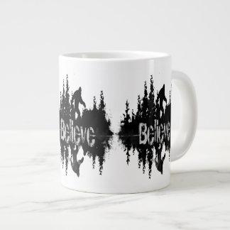 Sasquatch, reflexão grande do lago foot caneca de café grande