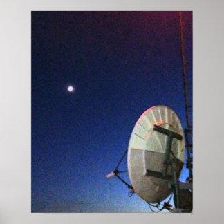Satélite & lua no poster do céu nocturno