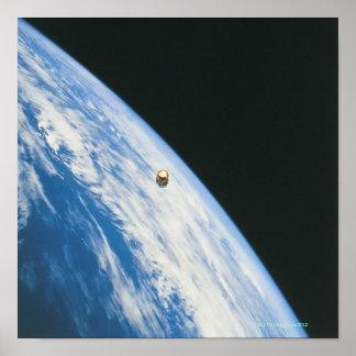 Satélite na órbita posteres
