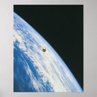 Satélite na órbita posters