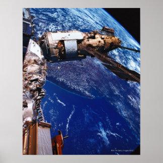 Satélite que orbita no espaço 2 poster