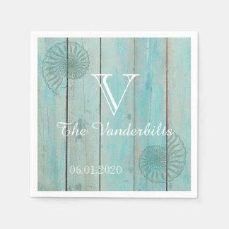 Seashell azul no guardanapo de madeira do