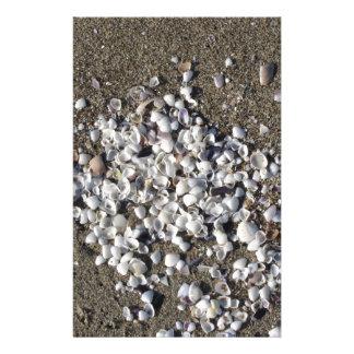 Seashells na areia. Fundo da praia do verão Papelaria