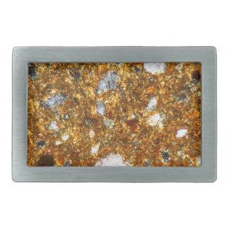 Seção fina de um tijolo sob o microscópio