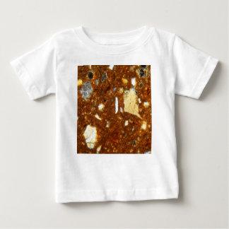 Seção fina de um tijolo sob o microscópio camiseta para bebê