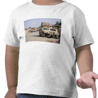 Segurança da conduta de Humvee durante uma Camiseta