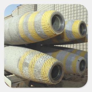 Seis bombas GBU-12 sentam-se em uma cremalheira Adesivo Quadrado