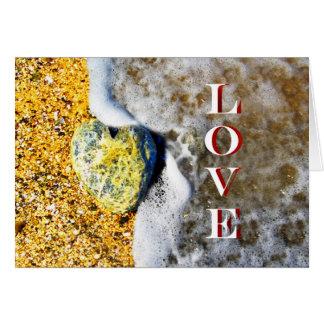 Seixo dado forma coração do amor na praia cartão comemorativo