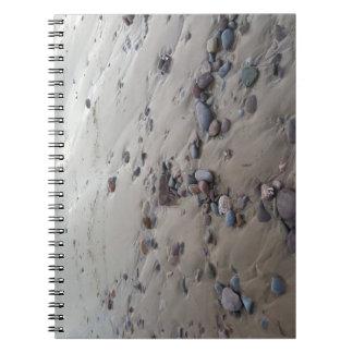 Seixos no caderno da areia