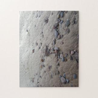 Seixos no quebra-cabeça da foto da areia