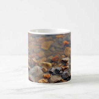 Seixos pequenos na água caneca de café