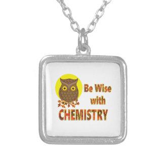 Seja sábio com química colar banhado a prata
