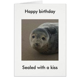 Selado com um cartão de aniversário bonito do