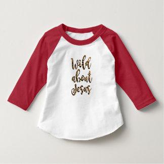 Selvagem sobre o T da criança de Jesus Camiseta