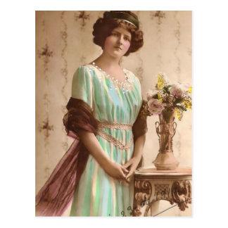 Senhora 1917 do Victorian com vaso Cartão Postal