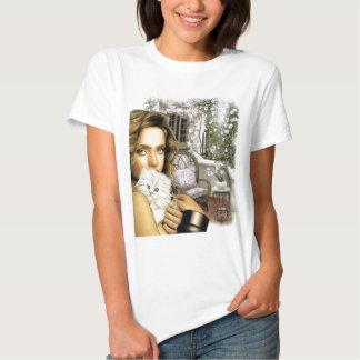 senhora com o gatinho no t-shirt do patamar