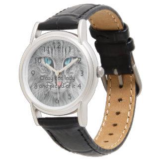 Senhora do gato e orgulhoso loucos dele relógio