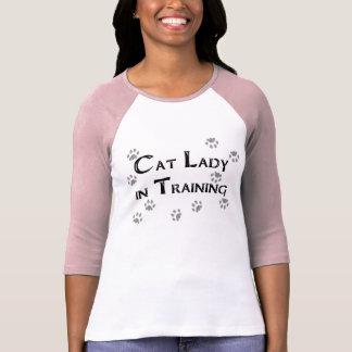 Senhora do gato no treinamento camisetas