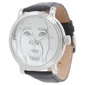 Senhora idosa divertida cara gritando relógio