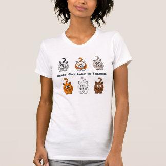 Senhora louca do gato na camisa do treinamento