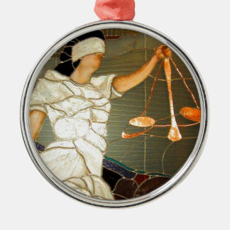 Senhora majestosa Justiça no design do vitral Ornamento Redondo Cor Prata