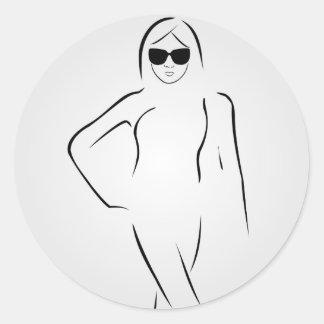 Senhora que veste máscaras e terno de natação adesivo