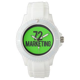 senhoras desportivas do relógio branco do logotipo