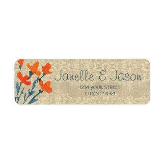 Serapilheira e flores alaranjadas, etiquetas de