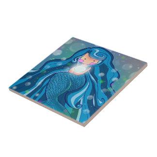 Sereia com o azulejo brilhante da pérola