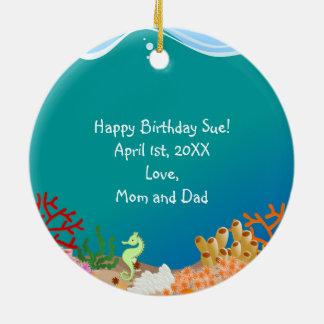 Sereia e festa de aniversário dos golfinhos ornamento de cerâmica redondo
