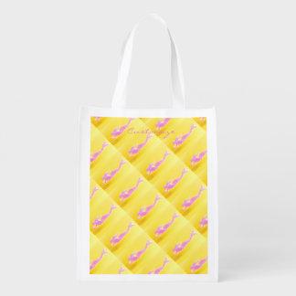 sereias cor-de-rosa diagonais que nadam no amarelo sacolas reusáveis