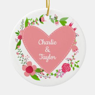 Seus nomes em um ornamento do costume do coração