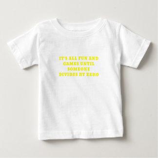 Seus todo o divertimento e jogos até alguém camiseta para bebê