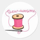Sew a agulha e o algodão impressionantes adesivo
