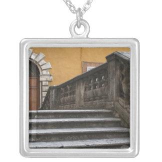 Sienna, Toscânia, Italia - opinião de baixo ângulo Colar Banhado A Prata
