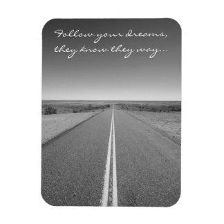 Siga seus sonhos - foto longa da estrada reta foto com ímã retangular